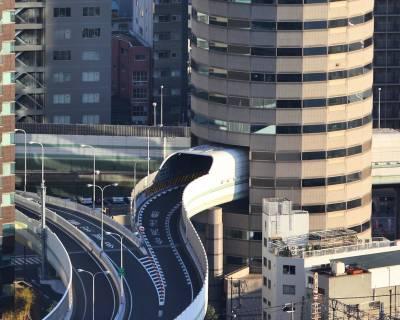 כביש מהיר שעובר בתוך בניין, אוסקה, יפן
